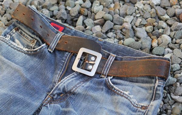 ベルトを巻いたジーンズ