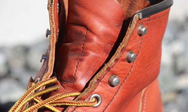 靴ひも跡の部分にシワ・ねじれと若干の経年変化