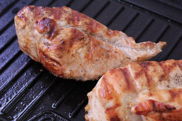 焼け目がついた鶏肉
