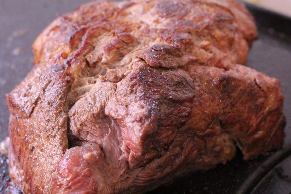 こんがり表面の牛肉